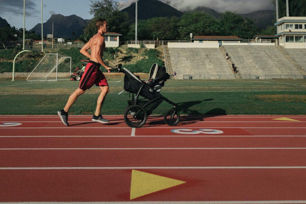 muskarac trci s djecjim kolicima